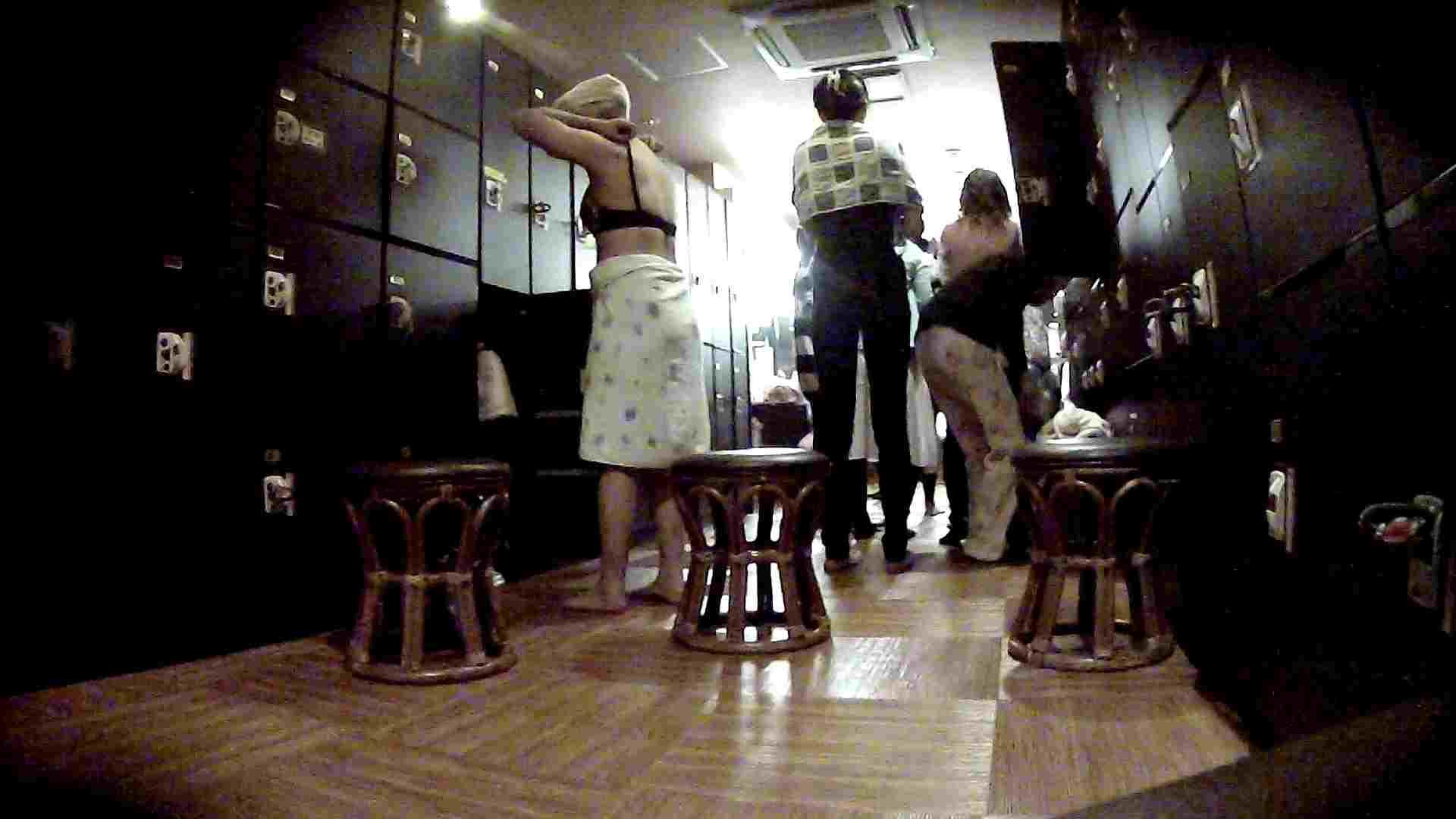 脱衣所!オムニバス 大混雑!注目はあの人の御御足でしょう。 脱衣所・着替え編  100pic 3