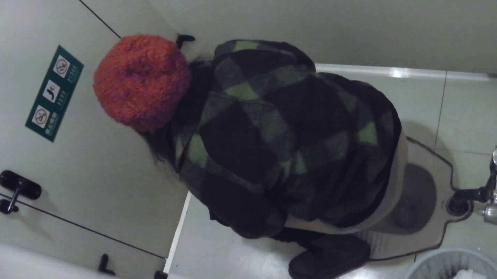 偷拍女厕 外站流出商场全景女厕偷拍来月经的妹子牛仔裤破得真有特色